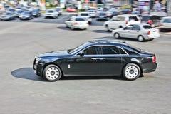 Kiev, de Oekraïne; 11 april, 2013 Rolls Royce-Spook in motie royalty-vrije stock afbeelding