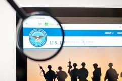 Kiev, de Oekraïne - april 6, 2019: U S Afd. van de homepage van de Defensiewebsite U S Afd. van zichtbare Defensieembleem stock afbeeldingen