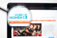 Kiev, de Oekraïne - april 5, 2019: De V.N.-de homepage van de Vrouwenwebsite De V.N.-zichtbaar Vrouwenembleem stock foto's