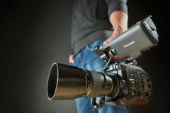 Kiev, de Oekraïne - April 22, 2018: Videocameramens met filmcamera Panasonic Au-EVA1 in studio wordt geïsoleerd die Stock Afbeelding