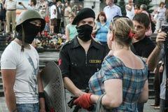 KIEV, DE OEKRAÏNE - AUGUSTUS 9, 2014: De Militaire vrijwilliger die van Pravysektor de verwijdering van laatste barricades op Mai stock foto