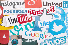 KIEV, DE OEKRAÏNE - AUGUSTUS 22, 2015: Inzameling van populaire sociale die media emblemen op papier worden gedrukt: Facebook, Tw Stock Fotografie
