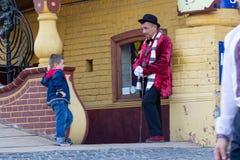 Kiev, de Oekraïne - Augustus 24, 2016: De mens in een kostuum van een beroemd literair karakter werkt voor een restaurant stock foto's