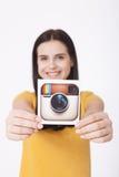 KIEV, DE OEKRAÏNE - AUGUSTUS 22, 2016: Vrouwenhanden die de camerapictogram gedrukt document houden van Instagram logotype Is onl Stock Fotografie
