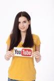 KIEV, de OEKRAÏNE - Augustus 22, 2016: Vrouwenhanden die document met YouTube houden die logotype op papier wordt gedrukt YouTube Stock Afbeeldingen