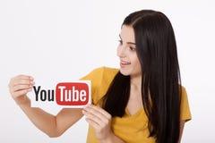 KIEV, de OEKRAÏNE - Augustus 22, 2016: Vrouwenhanden die document met YouTube houden die logotype op papier wordt gedrukt YouTube Stock Foto