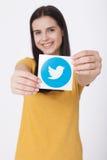 KIEV, DE OEKRAÏNE - AUGUSTUS 22, 2016: Vrouwenhanden die icoivogel gedrukt document houden van Twitter logotype Twitter is online Royalty-vrije Stock Afbeelding