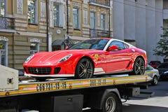 Kiev, de Oekraïne, 13 Juli, 2015 Ferrari 599 Alonso Edition 60F1 Auto op een slepenvrachtwagen stock afbeeldingen