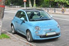 Kiev, de Oekraïne - 20 JULI, 2017: Fiat 500 in de parkerenplaats stock fotografie