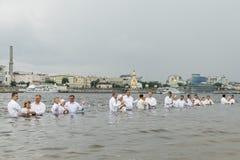 Kiev, de Oekraïne 22 juli 2018 Predikanten doopt mensen in de rivier Het doopsel van het massawater op het strand stock foto