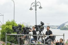 Kiev, de Oekraïne 22 juli 2018 Videographers op de rivierbank Videographers op de kust maakt video stock foto's