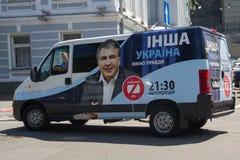 Kiev, de Oekraïne - Juni 21, 2017: De auto van het TV-kanaal ZIK met de openlucht reclame van TV toont van het auteurschap van di Royalty-vrije Stock Afbeeldingen