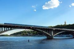 KIEV, de OEKRAÏNE - Juni 4, 2018: cityscape mening van Dnieper-Rivier aan de brug royalty-vrije stock afbeeldingen