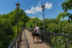 Kiev, de Oekraïne - Juni 21, 2017: Jong paar die langs de brug van minnaars lopen Royalty-vrije Stock Foto