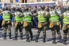Kiev, de Oekraïne - Juni 18, 2017: De militairen van de Nationale Wacht bewaken deelnemers van maart van LGBT Stock Foto's