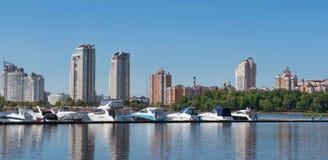 Kiev, de Oekraïne - Juni 01, 2018: Varende jachten en privé boten op een pijler in de rivier jachten in de golf in rivierhaven in stock fotografie