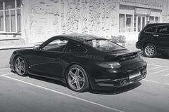 Kiev, de Oekraïne - Juni 8, 2017: Zwart-witte foto Porsche 911 Turbo in privé parkeerterrein stock afbeelding