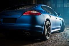 Kiev, de Oekraïne - 14 kunnen 2014: Het blauw van Porsche Panamera in oude fabriek panamera achtermening van Porsche Stock Fotografie