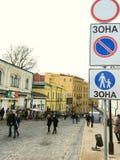 kiev De Oekraïne - Maart 2017: De voetgangers lopen langs Andreevsk royalty-vrije stock foto