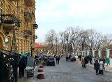 kiev De Oekraïne - Maart 2017: De voetgangers lopen langs Andreevsk stock afbeeldingen