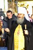 Kiev, de Oekraïne, 12 Maart 2016 Metropolitaans van Kiev Onufry die St Cyril ` s Klooster en dekkingsmensen met wijwater leiden Royalty-vrije Stock Fotografie