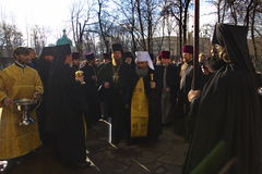 Kiev, de Oekraïne, 12 Maart 2016 Metropolitaans van Kiev Onufry die St Cyril ` s Klooster en dekkingsmensen met wijwater leiden Royalty-vrije Stock Afbeelding