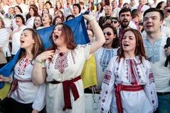 KIEV, de OEKRAÏNE - mag 21, 2015: Mensen die het traditionele Oekraïense die kledingstuk dragen als vyshyvanka wordt bekend Stock Afbeeldingen