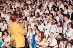 KIEV, de OEKRAÏNE - mag 21, 2015: Mensen die het traditionele Oekraïense die kledingstuk dragen als vyshyvanka wordt bekend Royalty-vrije Stock Afbeeldingen