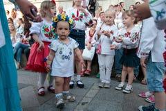 KIEV, de OEKRAÏNE - mag 21, 2015: Mensen die het traditionele Oekraïense die kledingstuk dragen als vyshyvanka wordt bekend Stock Afbeelding