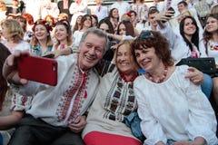 KIEV, de OEKRAÏNE - mag 21, 2015: Mensen die het traditionele Oekraïense die kledingstuk dragen als vyshyvanka wordt bekend Stock Foto's