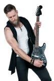 KIEV, de OEKRAÏNE - Mei 03, 2017 De charismatische en modieuze mens met een baard die een elektrische gitaar op een wit spelen is Stock Foto