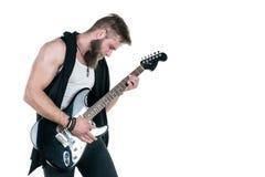 KIEV, de OEKRAÏNE - Mei 03, 2017 De charismatische en modieuze mens met een baard die een elektrische gitaar op een wit spelen is Royalty-vrije Stock Foto's