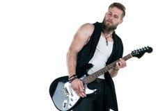 KIEV, de OEKRAÏNE - Mei 03, 2017 De charismatische en modieuze mens met een baard die een elektrische gitaar op een wit spelen is Stock Afbeeldingen