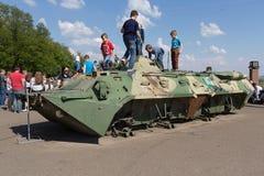 Kiev, de Oekraïne - Mei 09, 2016: De kinderen spelen op een beschadigde gepantserde personeelsdrager Stock Foto's