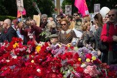 Kiev, de Oekraïne - Mei 09, 2016: Deelnemers van het actie Onsterfelijke regiment met portretten van dode verwanten - militairen royalty-vrije stock afbeelding