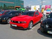 Kiev - de Oekraïne, 22 Mei 2011, Drie Ford Mustang Nieuwe en oude generatie stock fotografie