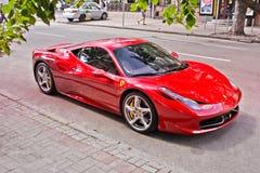 Kiev, de Oekraïne; 16 mei, 2014 Ferrari 458 in de straat royalty-vrije stock fotografie