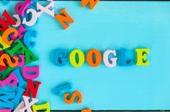 KIEV, DE OEKRAÏNE - MEI 09, 2017: Google - woord uit kleine gekleurde brieven op blauwe achtergrond wordt samengesteld die Google Royalty-vrije Stock Afbeeldingen