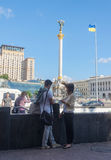 Kiev, de Oekraïne - Mei 27, 2013: Kerel en de meisjesopstelling een vergadering in het centrale vierkant Royalty-vrije Stock Afbeeldingen