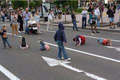 Kiev, de Oekraïne - Mei 22, 2016: Kinderen die n spelen de straat Khreshchatyk Stock Afbeelding
