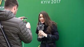 KIEV, DE OEKRAÏNE - MEI 10, 2017: Martina Barta zingt het gebruiken van het beeldje van de belangrijkste Eurovisie-toekenning stock videobeelden