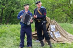 Kiev, de Oekraïne - Mei 09, 2018: Mensen in de vorm van zeemanszeelieden die de harmonika spelen bij het festival van historische royalty-vrije stock foto