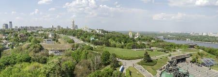 KIEV, de OEKRAÏNE - Mei 7, 2017: Panorama van de stad die Kiev Pechersk Lavra overzien Stock Foto