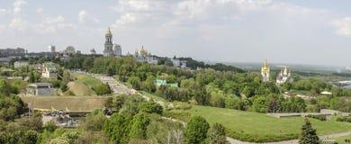 KIEV, de OEKRAÏNE - Mei 7, 2017: Panorama van de stad die Kiev Pechersk Lavra overzien Stock Fotografie