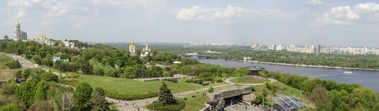 KIEV, de OEKRAÏNE - Mei 7, 2017: Panorama van de stad die Kiev Pechersk Lavra overzien Stock Afbeeldingen