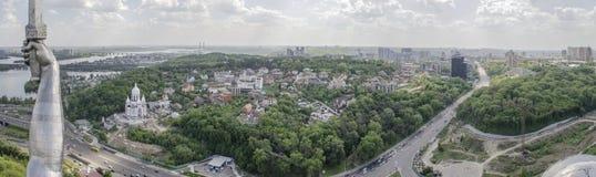 KIEV, de OEKRAÏNE - Mei 7, 2017: Panorama van de stad van het observatiedek op het monumentenvaderland Stock Afbeelding