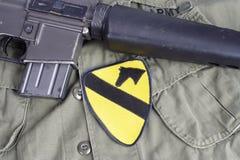 KIEV, de OEKRAÏNE - Mei 18, 2015 Van de het LEGER 1st Cavalerie van de V.S. de Afdelingsflard met M16 geweer op eenvormig Royalty-vrije Stock Fotografie