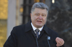 KIEV, de OEKRAÏNE - 28 Nov., 2015: De voorzitter van de Oekraïne Petro Poroshenko en zijn vrouw herdacht de slachtoffers van de h Royalty-vrije Stock Foto's