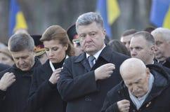 KIEV, de OEKRAÏNE - 28 Nov., 2015: De voorzitter van de Oekraïne Petro Poroshenko en zijn vrouw herdacht de slachtoffers van de h Stock Afbeelding