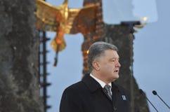 KIEV, de OEKRAÏNE - 28 Nov., 2015: De voorzitter van de Oekraïne Petro Poroshenko en zijn vrouw herdacht de slachtoffers van de h Stock Foto's